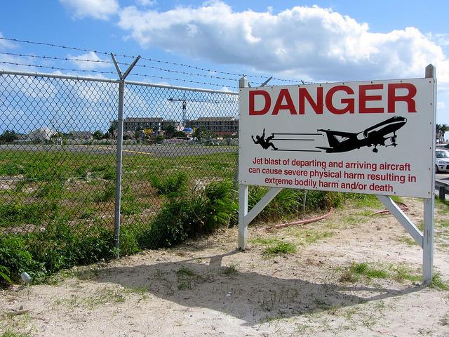 maho_beach_warning_sign